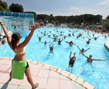 Animation im Pool au dem Camping Pino Mare